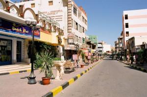 800px-Bazaar_Street,_El_Dahar,_Hurghada,_Egypt,_Oct_2004
