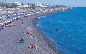 Na Santorini vás čekají překrásné pláže.