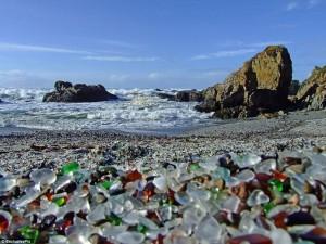 Pláž je plná barevných kamínků