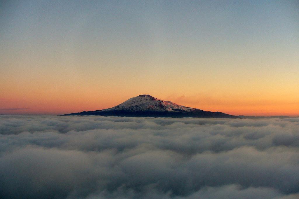 Etna se tyčí vysoko nad mraky,  Leandro Neumann Ciuffo
