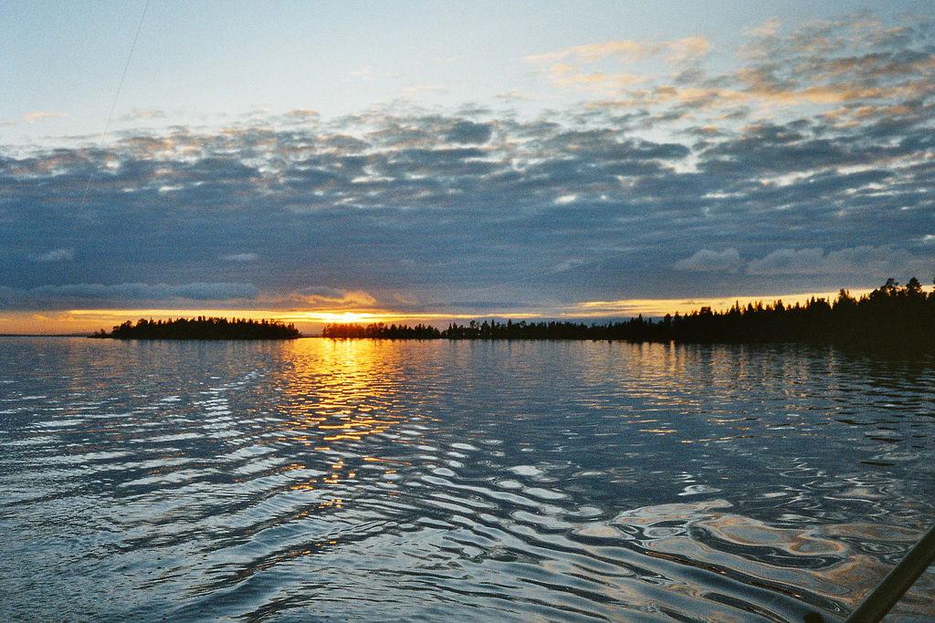 Úsvit nad městečkem Inarinjärvi, Jaro Larnos