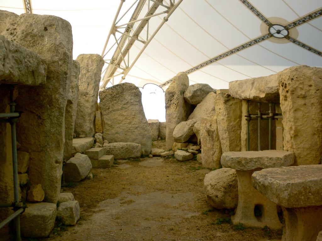 Chrámy jsou chráněny před počasím střechou,  Jennifer Morrow