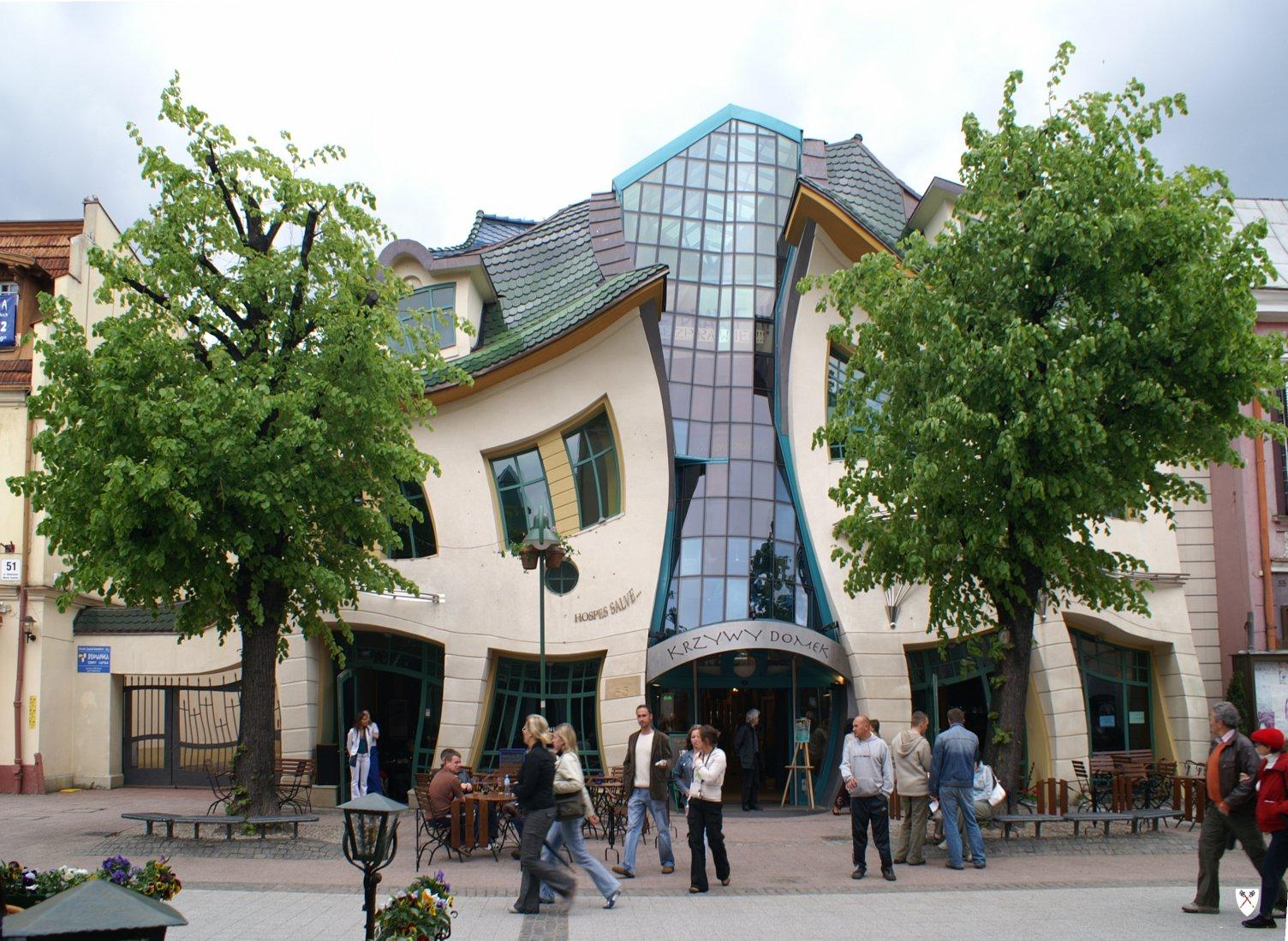Křivý dům, dílo moderní architektury, Topory